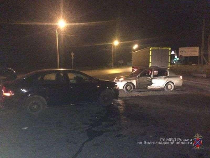 В Волгограде при столкновении двух иномарок пострадали три человека