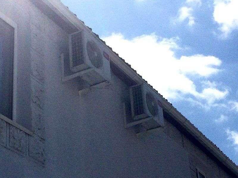Житель Волгограда снял блоки сплит-систем со здания поликлиники