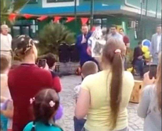 На детском празднике мэр бросил пакет с подарками на землю. ВИДЕО