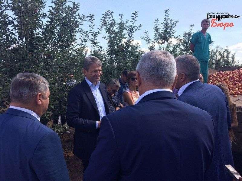 Министр сельского хозяйства осматривает «Сады Продонья»