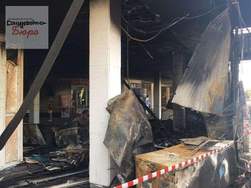 В центре Волгограда почти час тушили продуктовый киоск