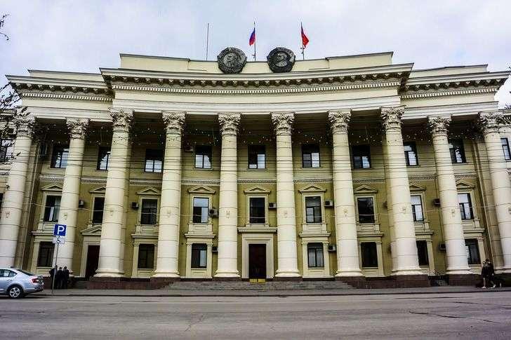 Волгоградская облдума купит столы и стулья за четыре миллиона рублей