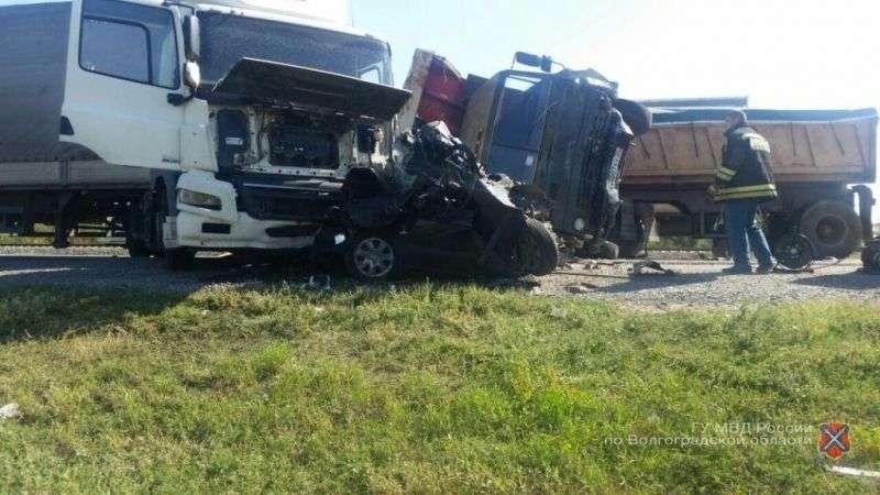 В ДТП с двумя грузовиками погибли супруги из Волгограда