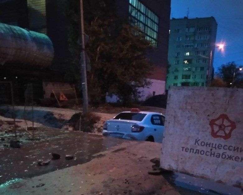 В коммунальную яму в Кировском районе угодил очередной автомобиль