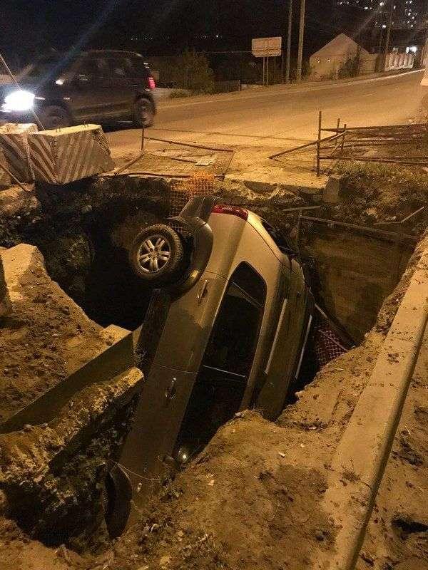 В Волгограде третий автомобиль за 10 дней угодил в коммунальную траншею