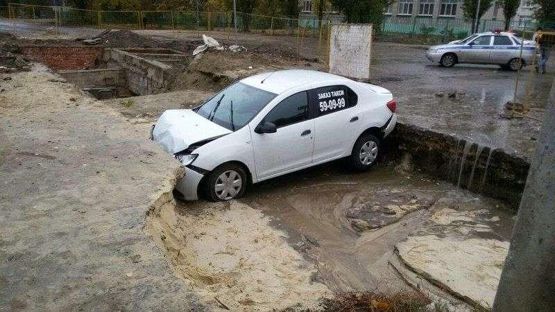 В коммунальную траншею в Кировском районе угодил очередной автомобиль