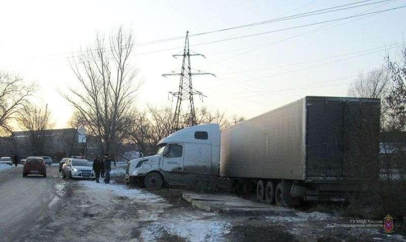В Калаче-на-Дону женщина погибла под колесами фуры, снесшей остановку