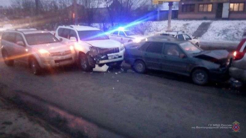 В Волгограде автоледи на Ленд Крузере протаранила пять автомобилей