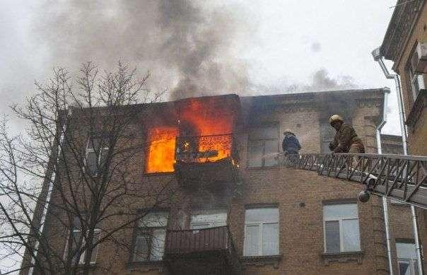 В Кировском районе ранним утром из-за короткого замыкания загорелась квартира