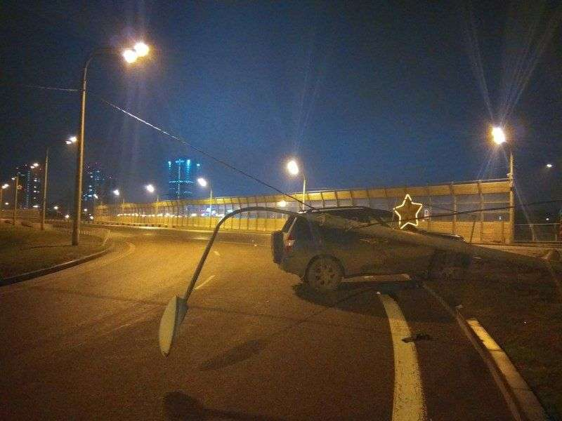 В Волгограде водитель на автомобиле Tager влетел в столб
