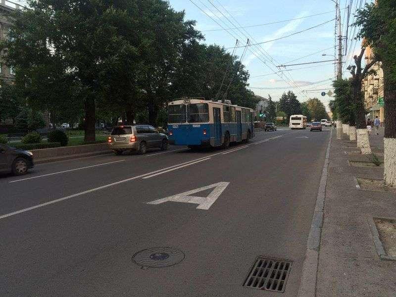 Обустройству новой выделенной полосы на проспекте Жукова помешал дождь и ветер
