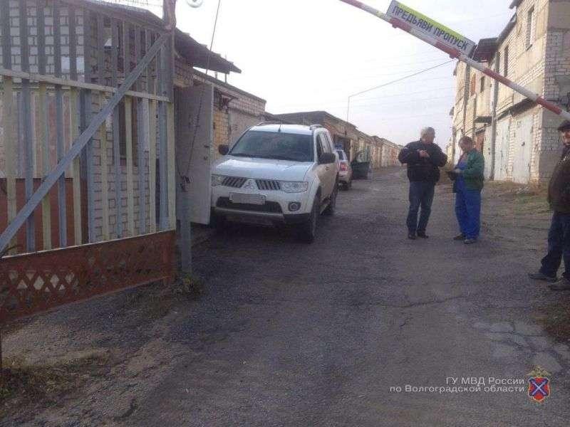 В Ворошиловском районе внедорожник без водителя наехал на сторожа ГСК