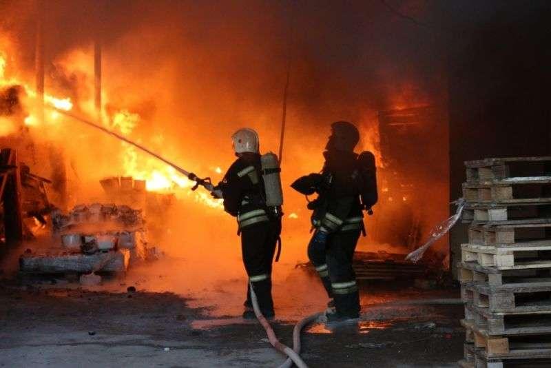 В Волгограде пожар на складе лакокрасочных материалов ликвидирован