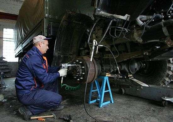 Под Волгоградом мотострелки готовят военную технику к зиме