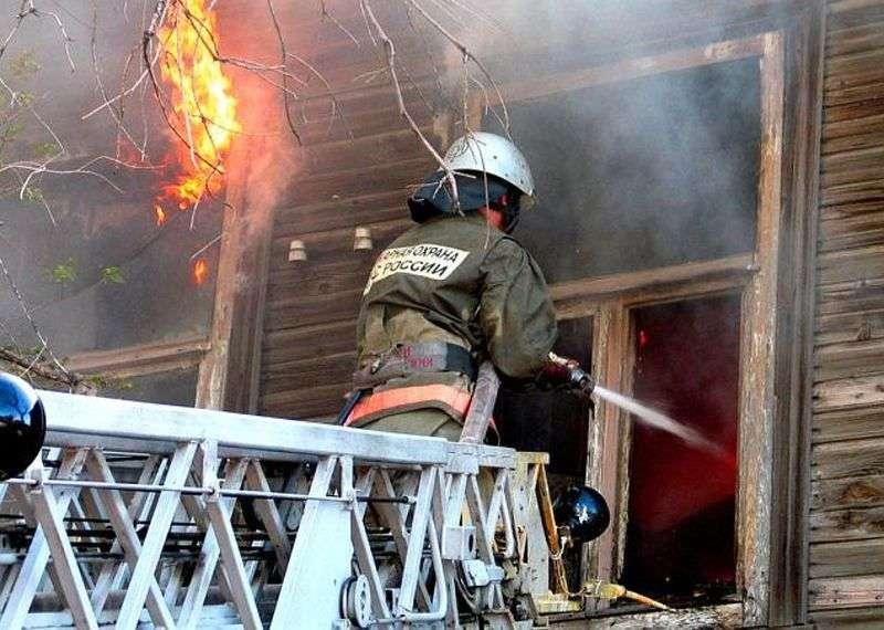 Пожар в волжской пятиэтажке едва не погубил мужчину