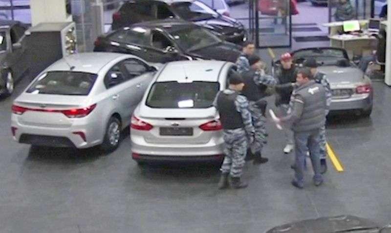 Раскрыта схема мошенничества в столичных автосалонах. Видео