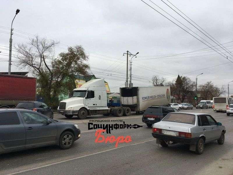 На юге Волгограда фура на полном ходу потеряла полуприцеп