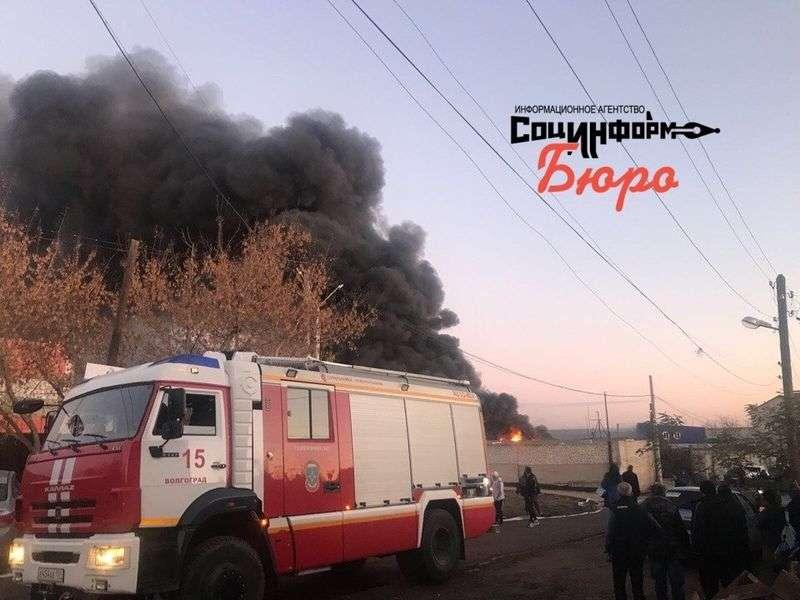 В Дзержинском районе горит склад лакокрасочных изделий