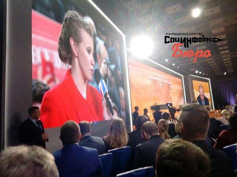 В завершении президент поздравил журналистов с наступающим Новым годом и пожелал им благополучия.