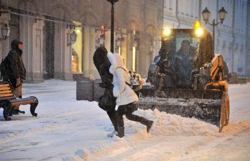 Коммунальщики Волгограда борются с последствиями ночного снегопада