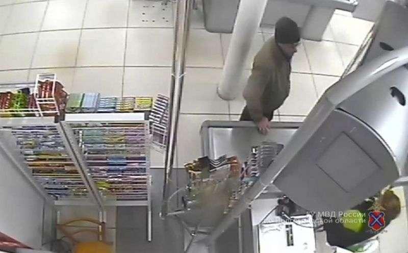 Правоохранители разыскивают похитителя банковской карты жителя Волжского