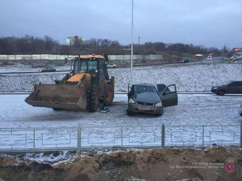 В центре Волгограда водитель «Приоры» сбежал после ДТП с трактором