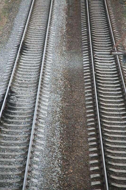 В Волгоградской области под колесами грузового поезда погиб пенсионер