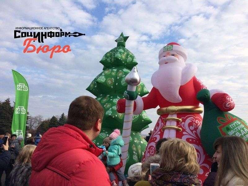 Волгоградские дети смогли увидеть главного Деда Мороза только краем глаза