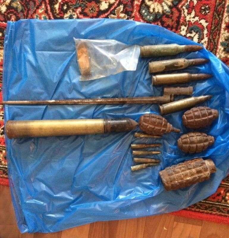У поисковика из Волжского в квартире нашли боеприпасы и штык-нож времен ВОВ