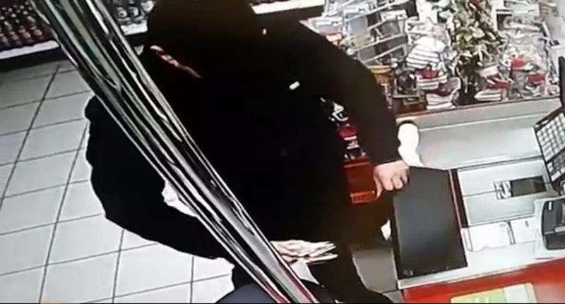 Разыскиваются похитители денег из супермаркета. ВИДЕО