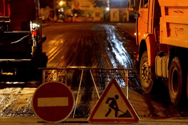 На улице Качинцев делают парковки