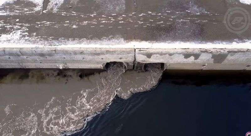 Волгоградец снял на видео загрязнение Волги «Красным Октябрем»