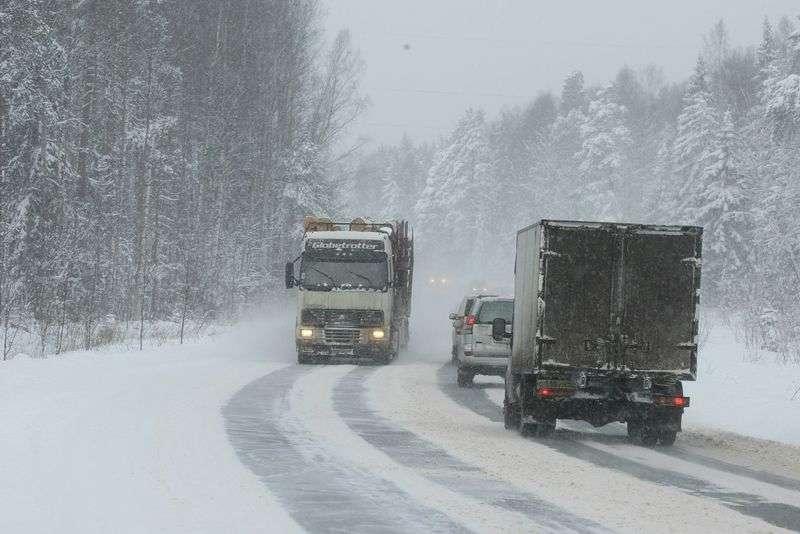 На трассе Сызрань-Саратов-Волгоград перекрыли движение для грузовиков