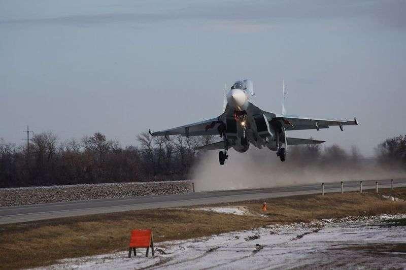 Три боевых самолёта приземлились на автотрассу под Ростовом. ВИДЕО