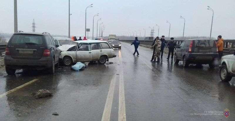 В Среднеахтубинском районе в массовой аварии погиб водитель легковушки