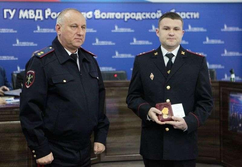 Полицейского из Михайловки наградили за спасение старушки