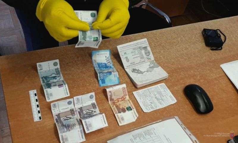 Гражданин Таджикистана пытался за 10 тысяч рублей подкупить полицейского