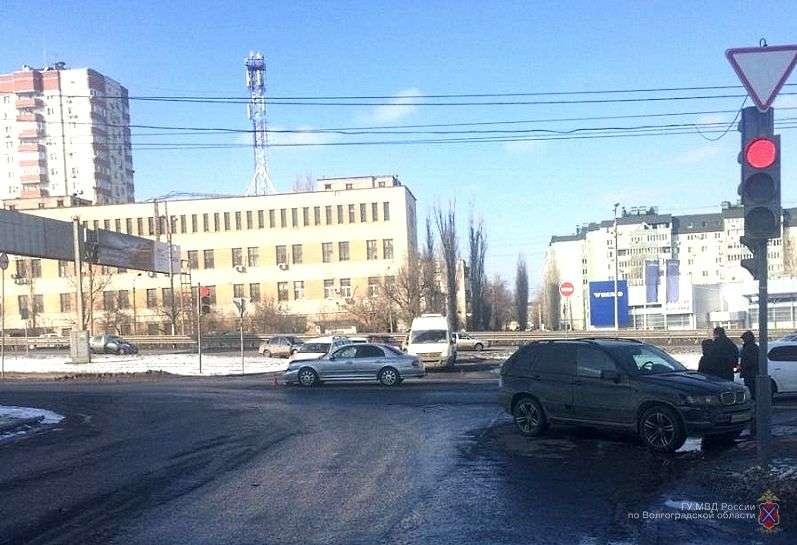 В Волгограде автоледи на «БМВ» помяла «Хендэ»