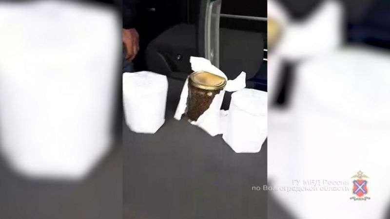 Полицейские задержали волгоградца с тремя банками икры