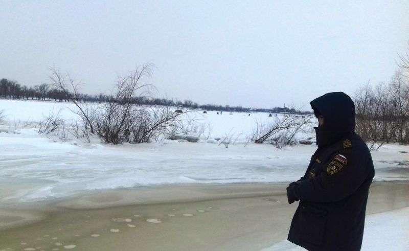 Волгоградским рыбакам напомнили про хрупкий лед