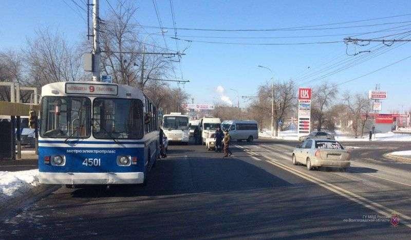 Поездка пожилого волгоградца в троллейбусе закончилась больницей