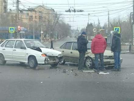 Первая продольная в Волгограде встала в пробке из-за ДТП