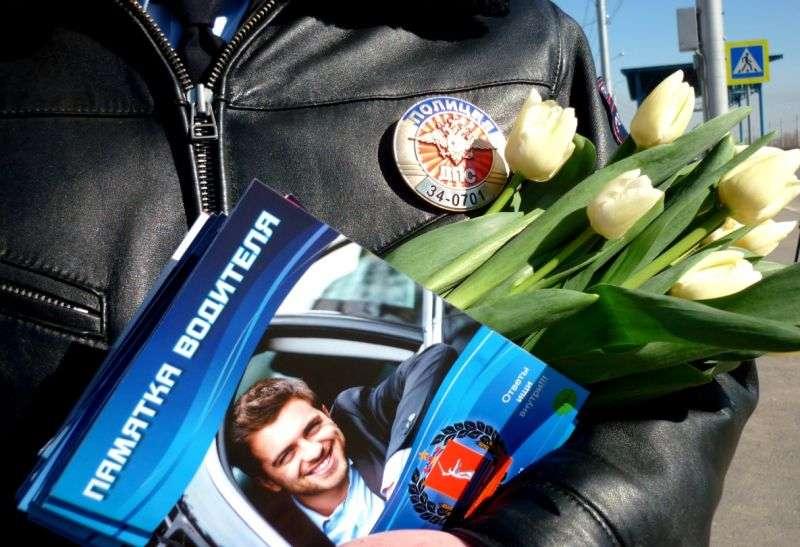 Полицейские вручили волгоградкам цветы