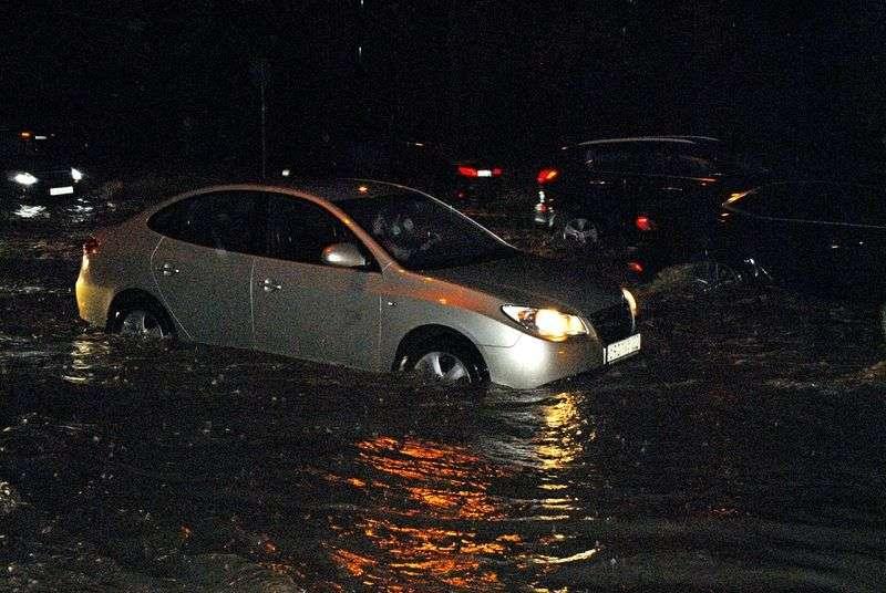 В Волгограде перекрыли дорогу на Ангарском из-за обилия воды