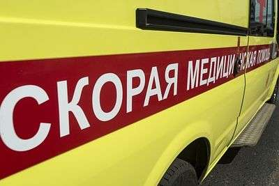 В Волгограде грузовой фургон наехал на водителя, чинившего свой автомобиль