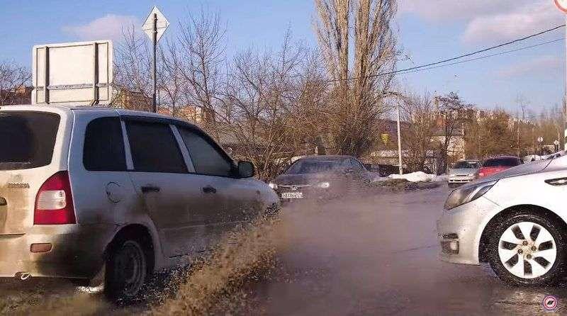 В Волгограде вечная лужа вдохновила видеооператора