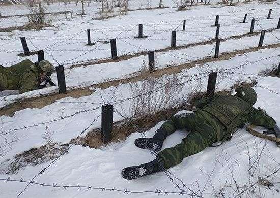 В Волгограде контрактники прошли огненно-штурмовую полосу и «обкатку танком»