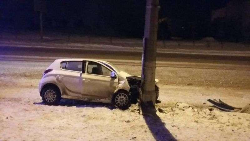 В Волгограде пьяная автоледи на иномарке влетела в столб