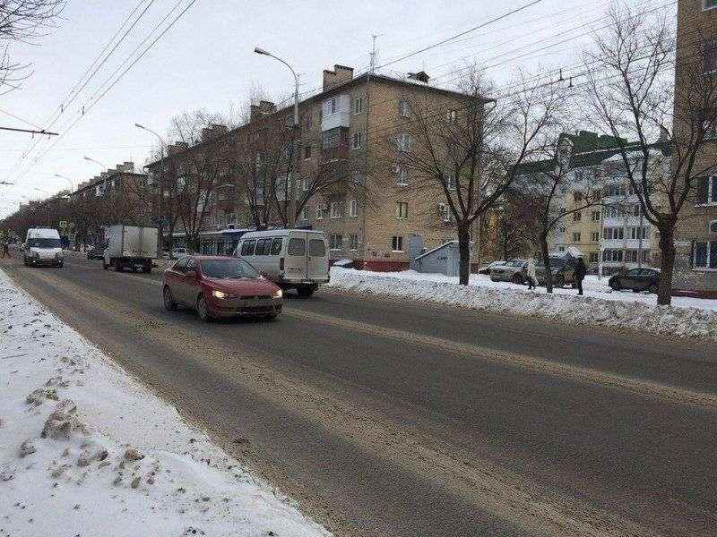 Волгоградские коммунальщики борются с ледяным дождем