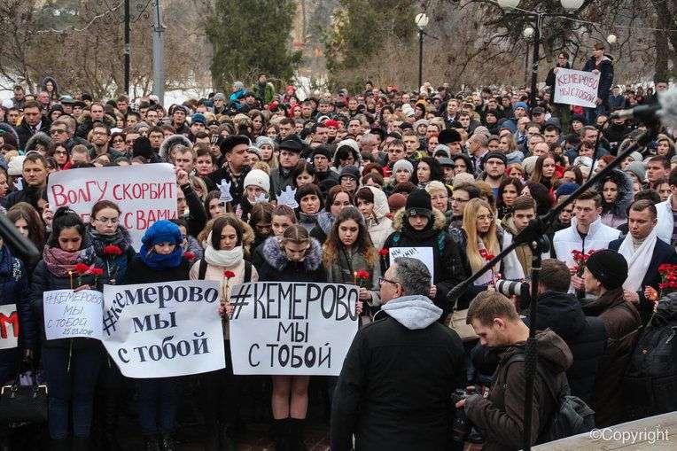 Волгоградцы почтили память погибших при трагедии в Кемерово
